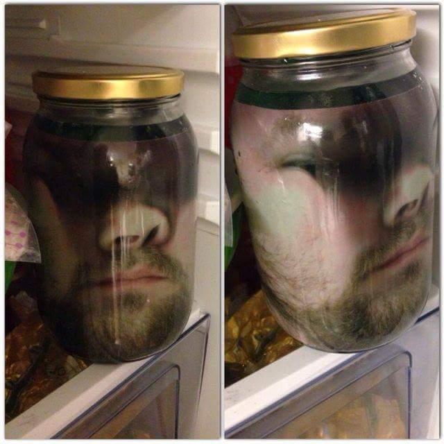 compiti-casa-spaventare-coinquilino-fate-una-foto-con-il-volto-premuto-contro-il-vetro-della-doccia-poi-stampatela-e-mettetela-in-un-barattolo-nel-frigo